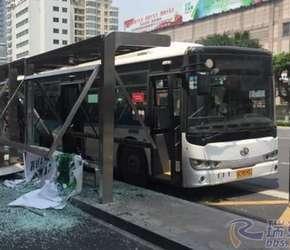 瑞安一公交车把站台给撞了