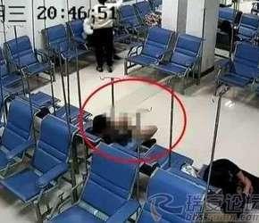 温州一男子在医院大厅脱光衣服