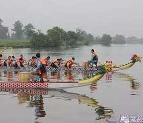 今年的竞技龙舟大赛在南滨这里