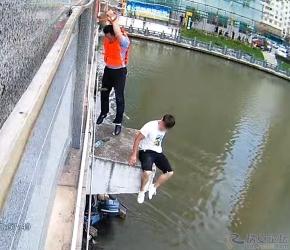 感情矛盾,瑞安一桥边有人欲跳江…