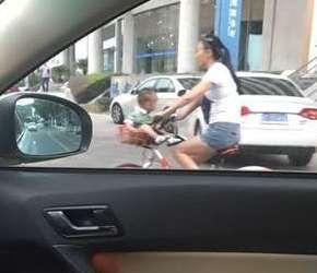 """共享单车""""花式""""载娃?熊家长作死"""