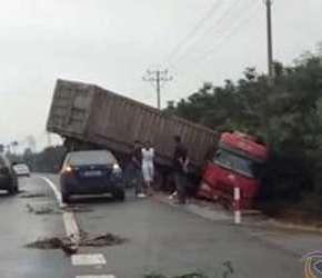56省道,一大货车开到了沟里去了