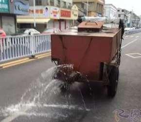 拖拉机版洒水车上路啦!