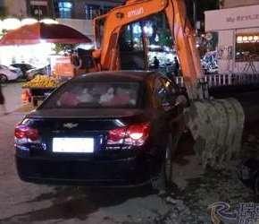 这车停得太牛了,把挖掘机师傅愁坏了