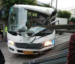 瑞安一大巴车被钢筋刺穿 太吓人