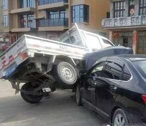 惨!货车猛转弯 被轿车高高顶起…