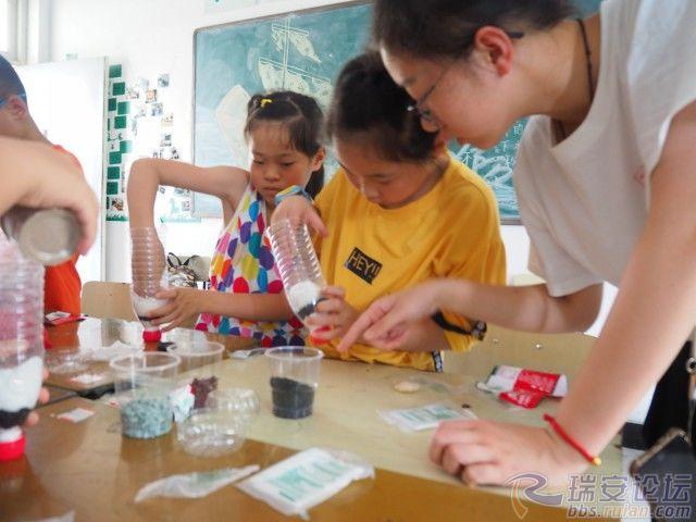 格式工厂老师指导孩子做净水瓶.jpg