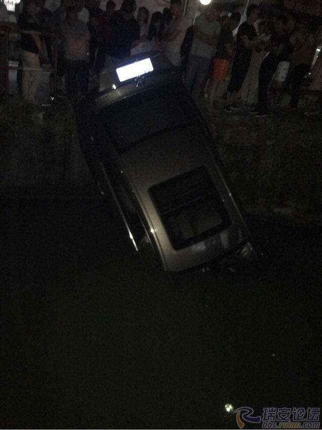 新加坡金沙官方网址:中秋佳节,车子开河沟里去了