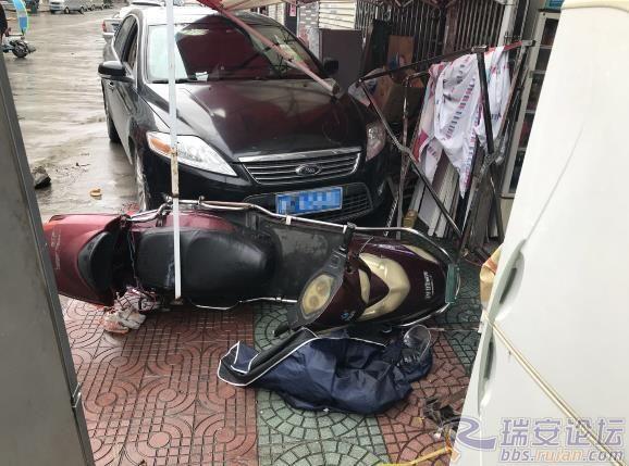线上澳门赌博开户:开车撞了人家店铺门,司机竟在车内呼呼大睡