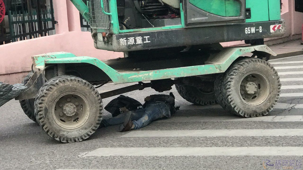 js333金沙娱乐平台:罗阳大厦东门车站,压死掉了