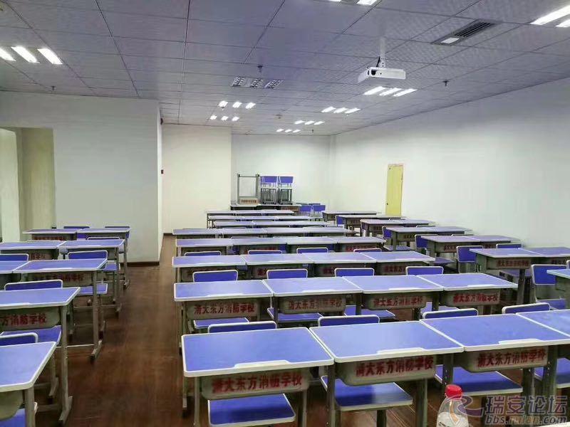 教室宽敞明亮