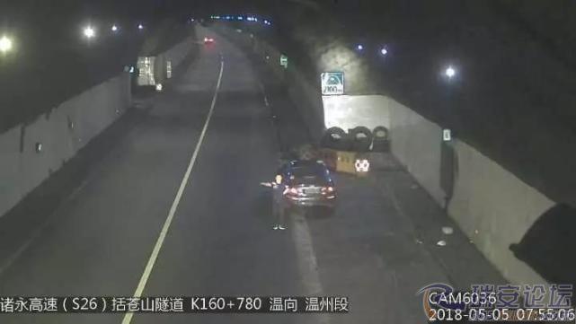 重庆时时彩所有网站:活久见!_男子在高速上用自己的身体逼停半挂车
