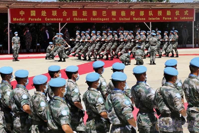 图2:第十八批赴黎维和部队官兵进行分列式表演。彭希摄影_副本.jpg