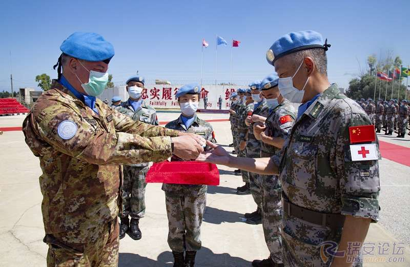 """图1:联黎部队司令德尔科尔少将为赴黎维和部队官兵授予联合国""""和平荣誉勋章""""。彭希.jpg"""