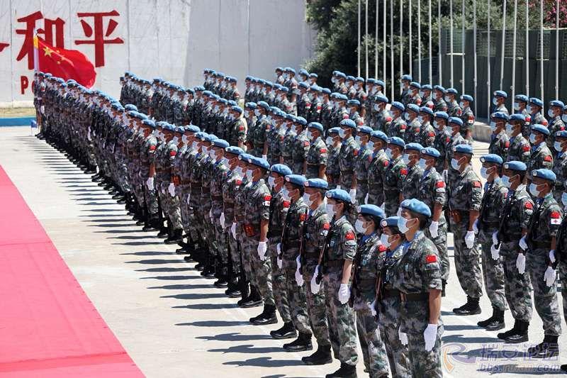 图3:第18批赴黎维和部队官兵整齐列队,气宇轩昂地接受授勋。彭希摄影_副本.jpg