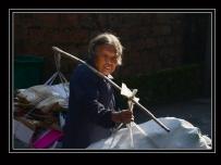 一个收废旧的老大娘和一个做工艺品的老大妈